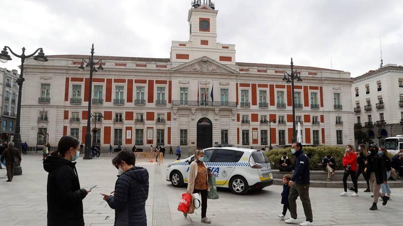Ciudadanos pasean por la Puerta del Sol de Madrid, en una imagen de archivo de febrero de 2021.