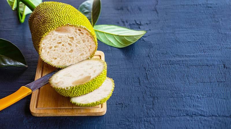 Montaje de frutipán con interior de miga de pan