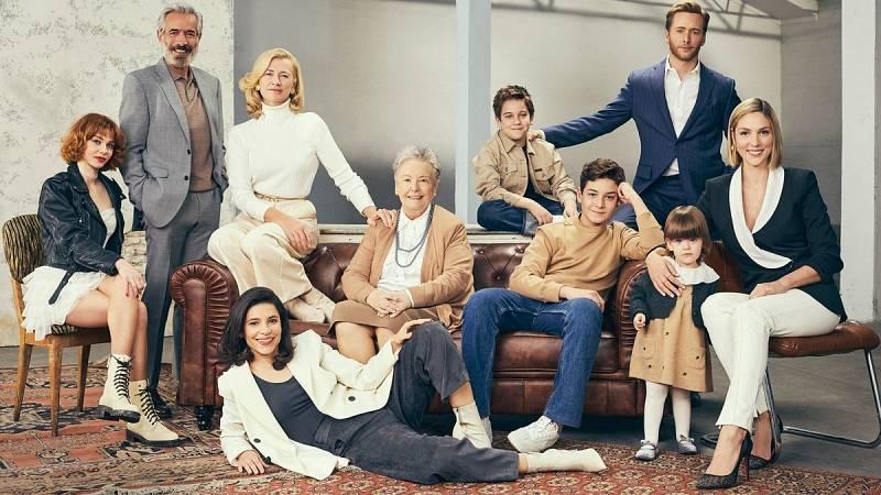 Toda la familia Alcántara reunida en el mítico sofá de Cuéntame
