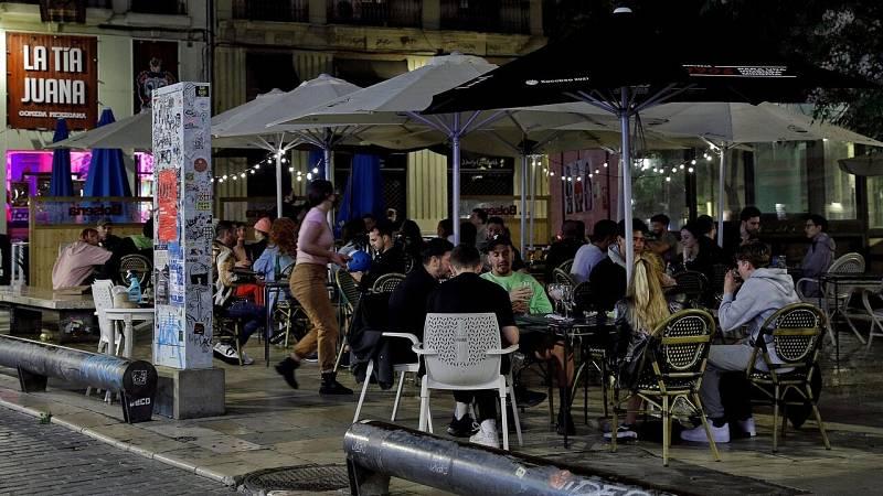 Terraza de un bar en Valencia, donde la justicia ha avalado mantener el toque de queda