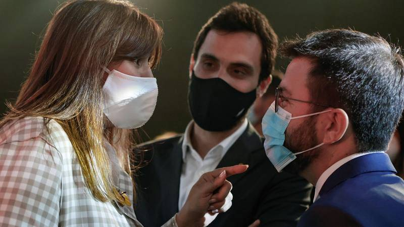 El candidato de ERC a la presidencia de la Generalitat, Pere Aragonès, conversa con la presidenta del Parlament, Laura Borràs (Junts), en un acto en L'Hospitalet de Llobregat, en Barcelona