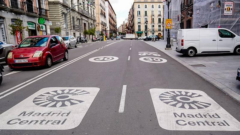 Dos señales de Madrid Central en una de las callles de la ciudad.