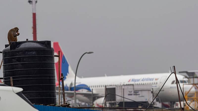 Imagen del aeropuerto de Nepal con un avión de fondo