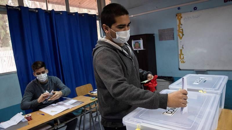 Un herido ocular en las protestas de 2019 vota en los comicios constitucionales de Chile