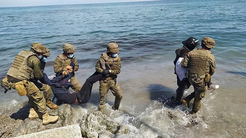 España despliega al Ejército en Ceuta tras la entrada de más de 6.000 migrantes