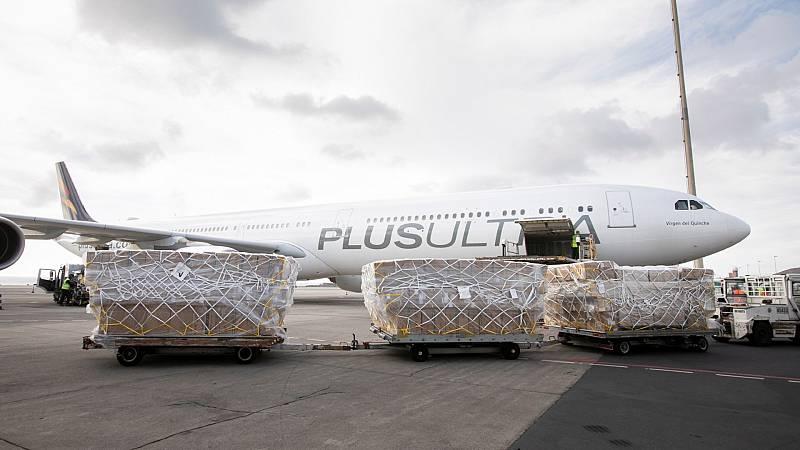 Un avión de la aerolínea Plus Ultra con material sanitario