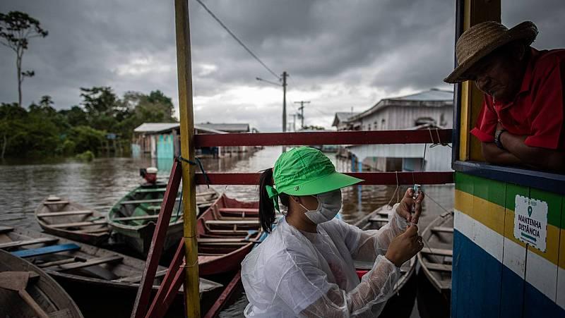 Una enfermera prepara una vacuna contra la COVID-19 en Vila do Cuinha en Anamã, en Brasil