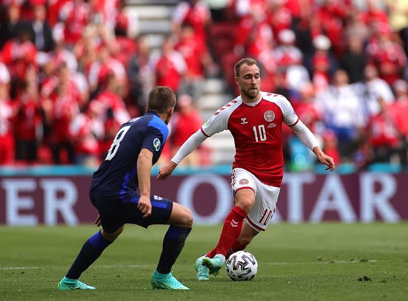 Eriksen durante el encuentro contra Finlandia