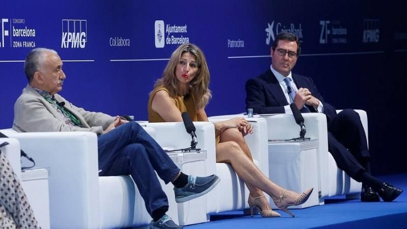 La vicepresidenta Yolanda Díaz, en el debat al Cercle d'Economia acompanyada dels liders de la UGT i la CEOE