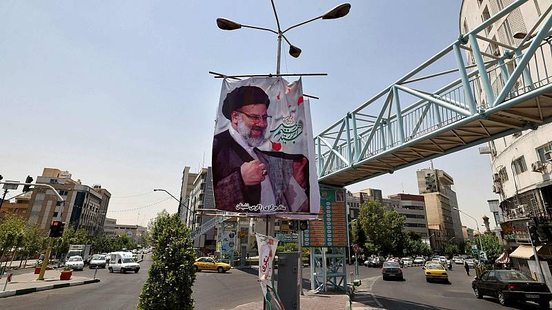 Una pancarta del candidato presidencial iraní ultraconservador, Ebrahim Raisí, en Teherán
