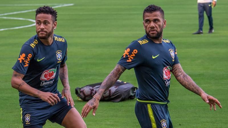 Neymar y Alves, en un entrenamiento de la selección brasileña absoluta.