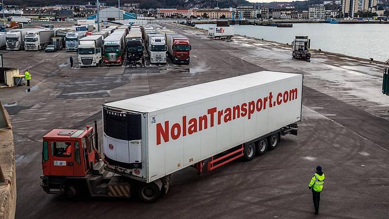 Camiones en el puerto de Cherburgo, a la espera de cruzar el Canal de La Mancha