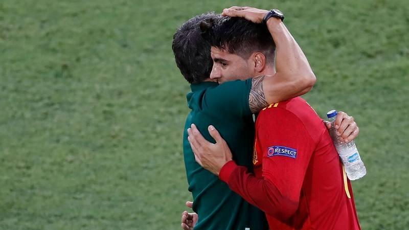 Luis Enrique y Morata se abrazan tras el gol anotado por el segundo ante Polonia.