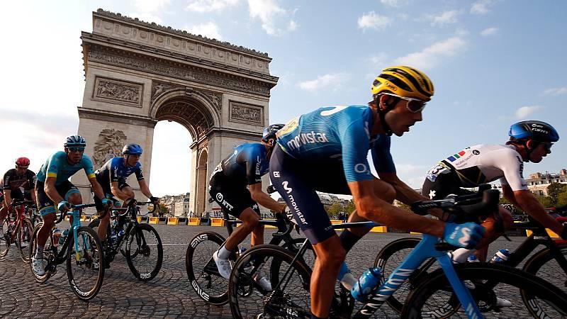 Varios corredores pasan por el Arco del Triunfo durnte la última etapa del Tour de Francia 2020