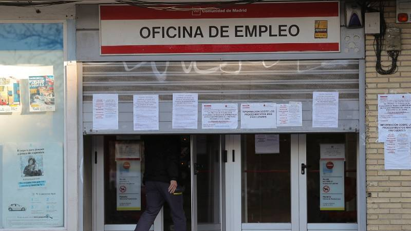 Un hombre entra en una oficina de empleo en Madrid