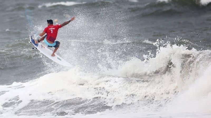 El surf es uno de los deportes más afectados por la fuerza del tifón 'Nepartak'