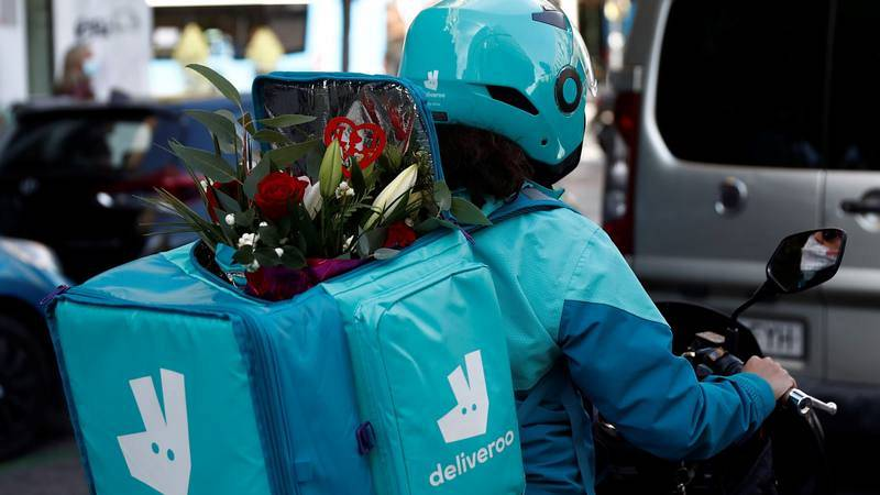 Un motorista de Deliveroo reparte flores a domicilio