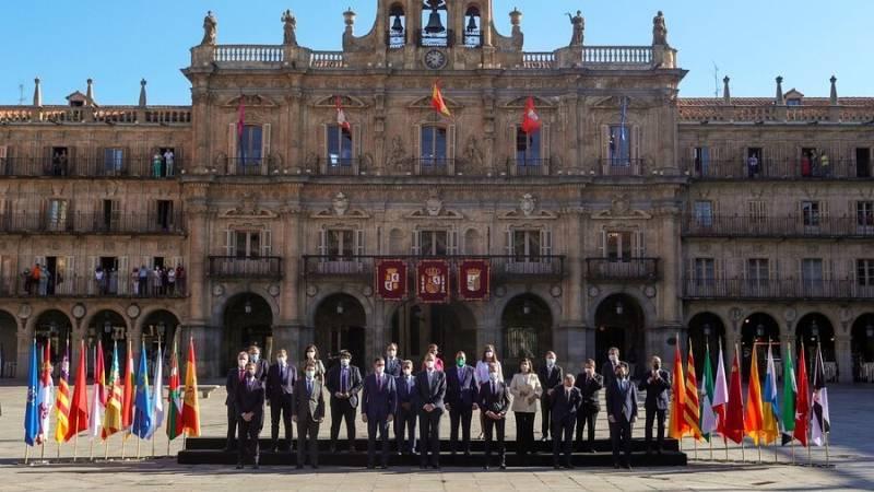 El rei Felip juntament amb el president del Govern, Pedro Sánchez posen per a la foto de família de la XXIV Conferència de Presidents