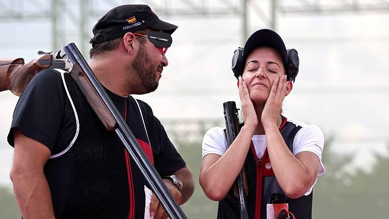 Los tiradores Alberto Fernández y Fátima Gálvez, tras ganar el oro en foso olímpico mixto