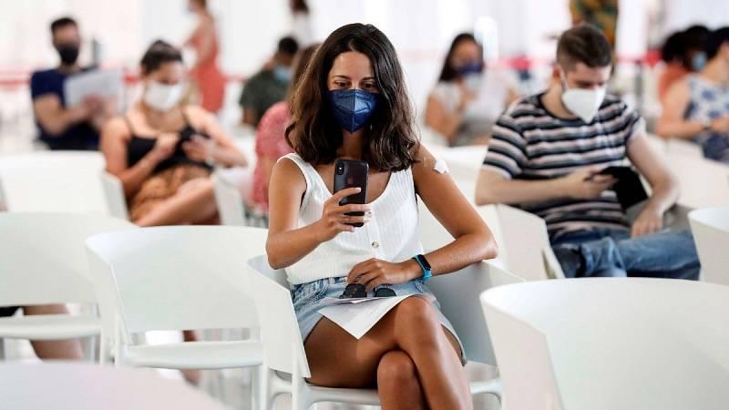 Una joven se toma una fototras haber recibido su dosis de la vacunaen la Ciudad de las Artes y las Ciencias, Valencia