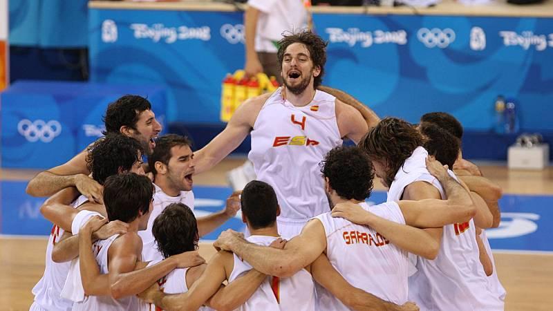 Pau Gasol celebra con sus compañeros, entre ellos Berni Rodríguez, el pase a la final olímpica en Pekín 2008