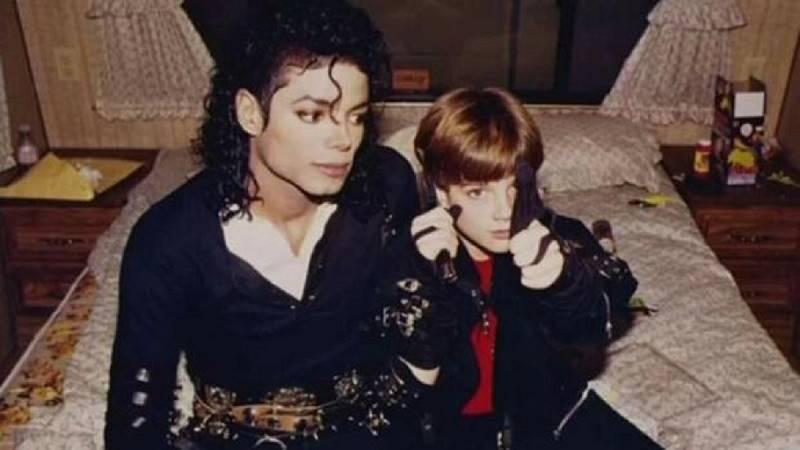 Michael Jackson junto a James Safechuck