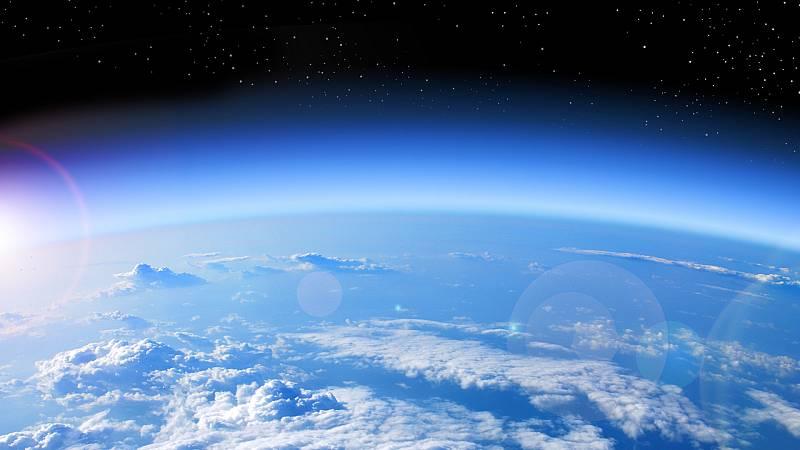 Vista espacial de nuestro planeta, la capa de ozono y la atmósfera