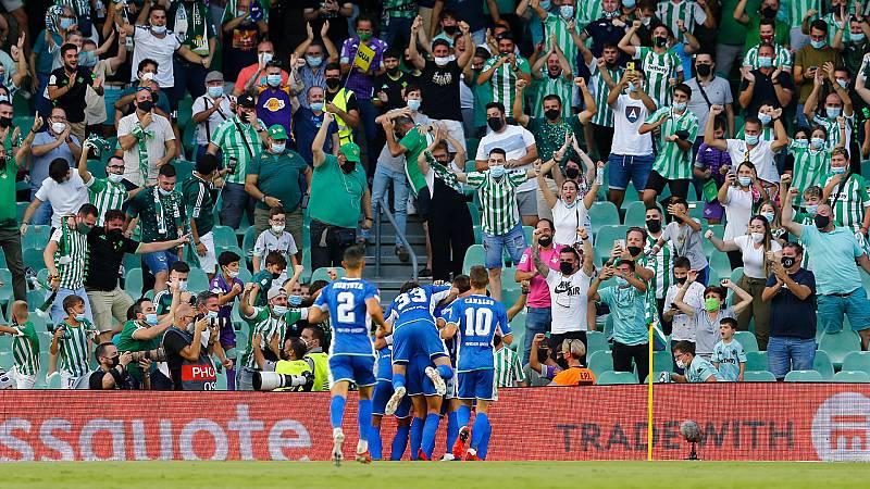 Los jugadores del Betis y la afición del Villamarín celebran un gol ante el Celtic