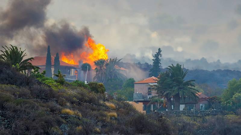 Imagen de la erupción cerca de viviendas en Los Campitos, La Palma.