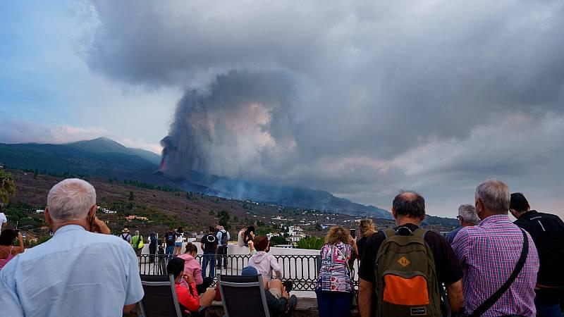 Numerosas personas observan desde un mirador de Tajuya, en el municipio de El Paso, la evolución del volcán de la Cumbre Vieja