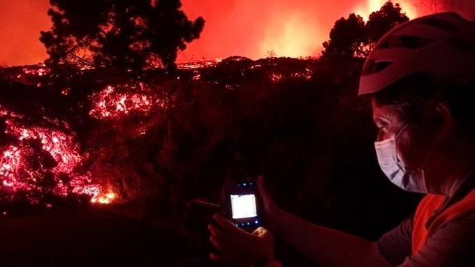 Una científica de Involcantoma una imagen térmica de la colada de lava en La Palma.