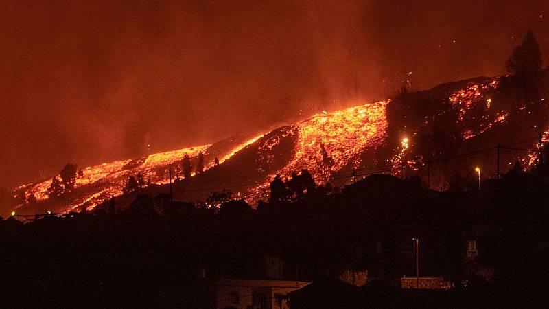 La colada del volcán de La Palma avanza hacia las casas