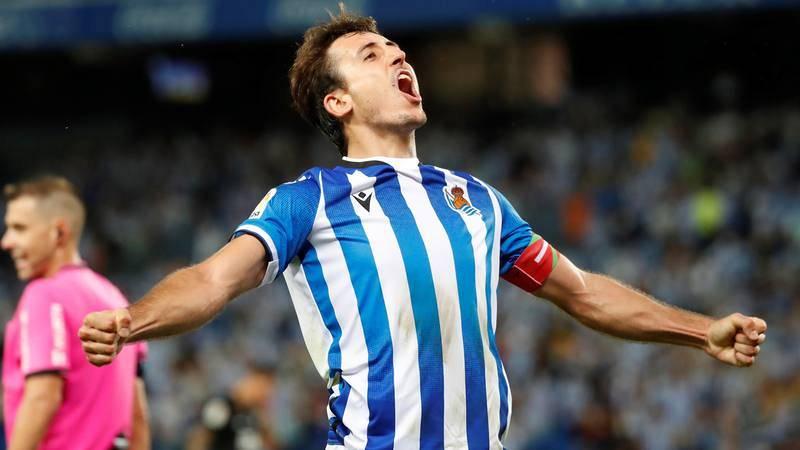 El delantero de la Real Sociedad, Mikel Oyarzabal, celebra el gol que ha dado el triunfo al equipo donostiarra.