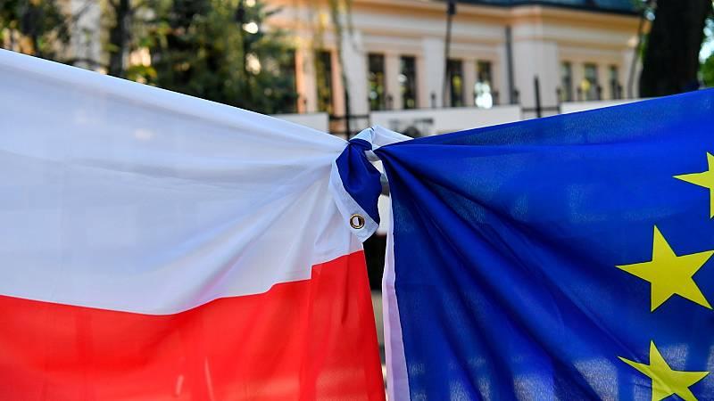 Las banderas de Polonia y la UE unidas durante una manifestación frente al Tribunal Constitucional