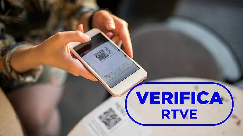 Imagen de un dispositivo móvil escaneando un código QR, con el sello azul de VerificaRTVE