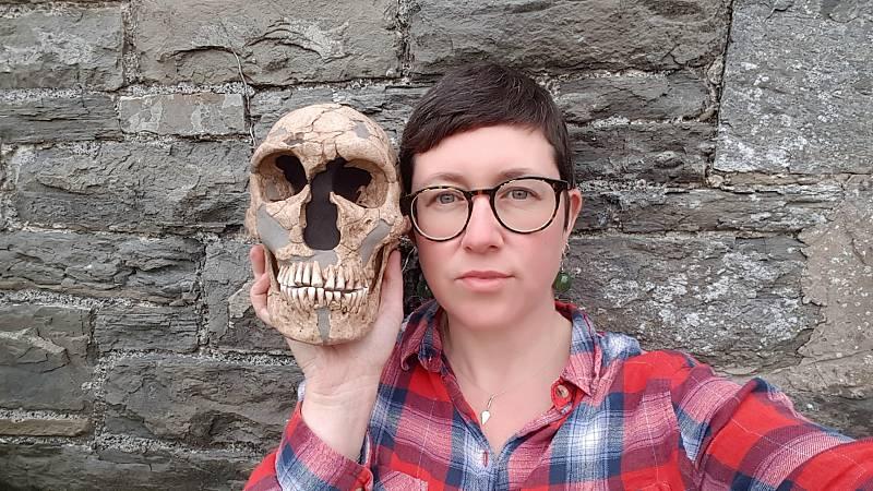La antropóloga británica Rebecca Wragg Sykes posa con un cráneo de neandertal.