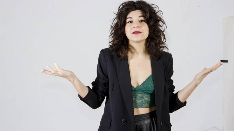 La dramaturga y actriz Nerea Pérez de las Heras hace un gesto de abrazo