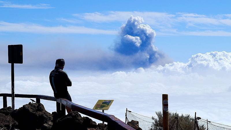 Un hombre mira la columna de humo que sale del volcán de La Palma.