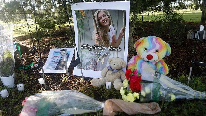 Un pequeño altar improvisado con una foto de Petitio, velas, osos de peluche y flores