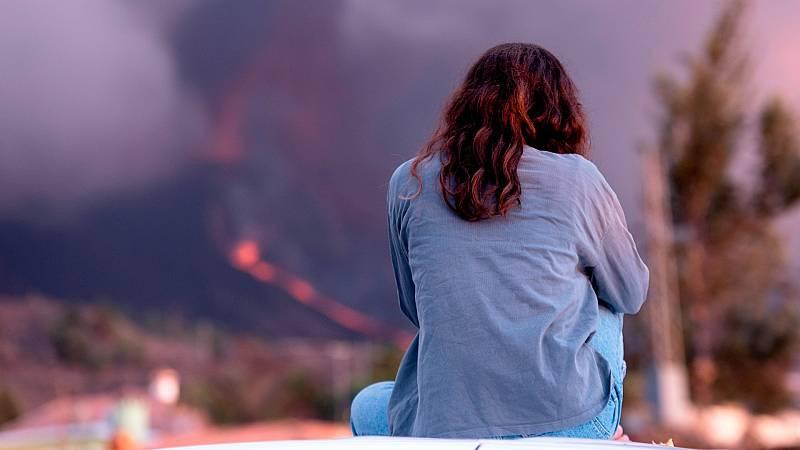 Una mujer observa el volcán de La Palma.