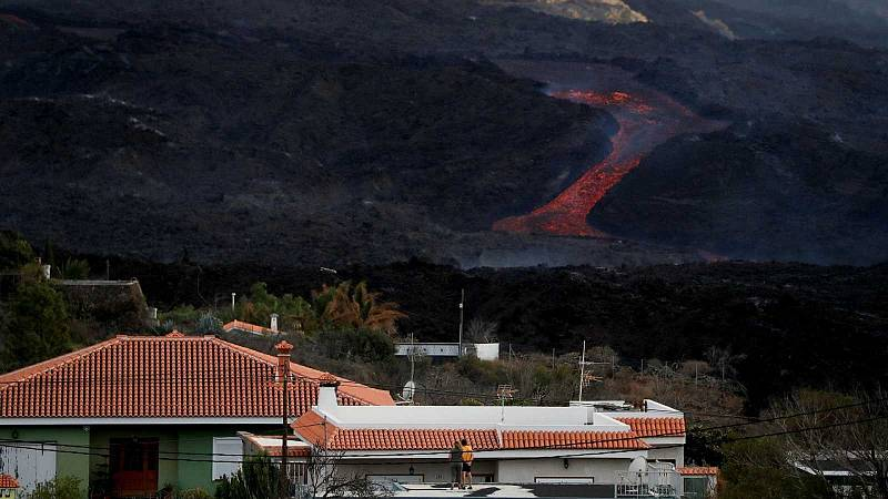 Los vecinos de varios barrios de Tazacorte son evacuados ante la llegada de la lava