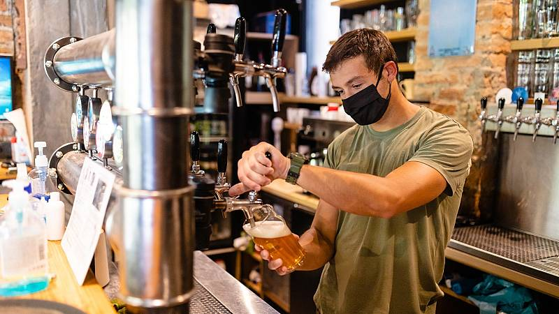 Fotografía de archivo de un joven sirviendo una cerveza