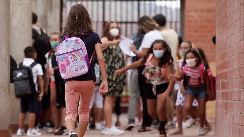 Varios alumnos del Institut Escola Mirades de Barcelona en primer día del curso escolar 2021-22