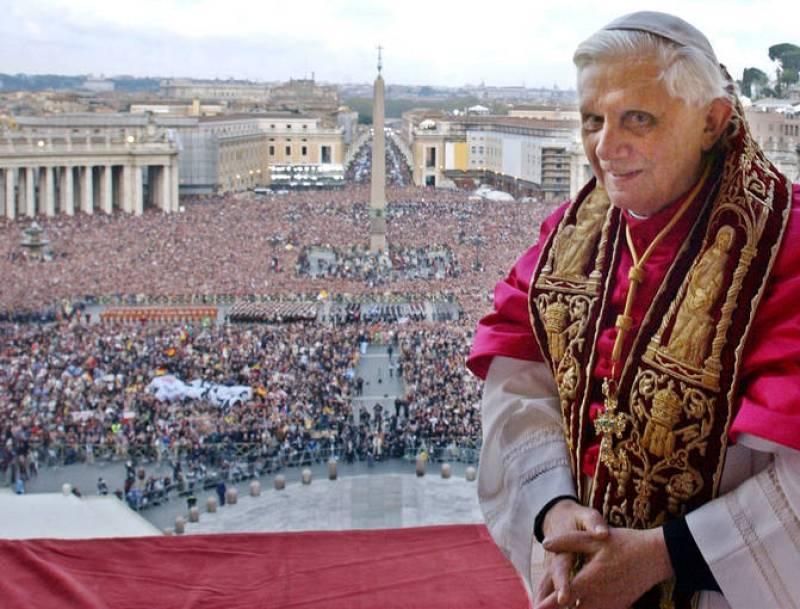 Benedicto XVI saluda a sus fieles tras su designación
