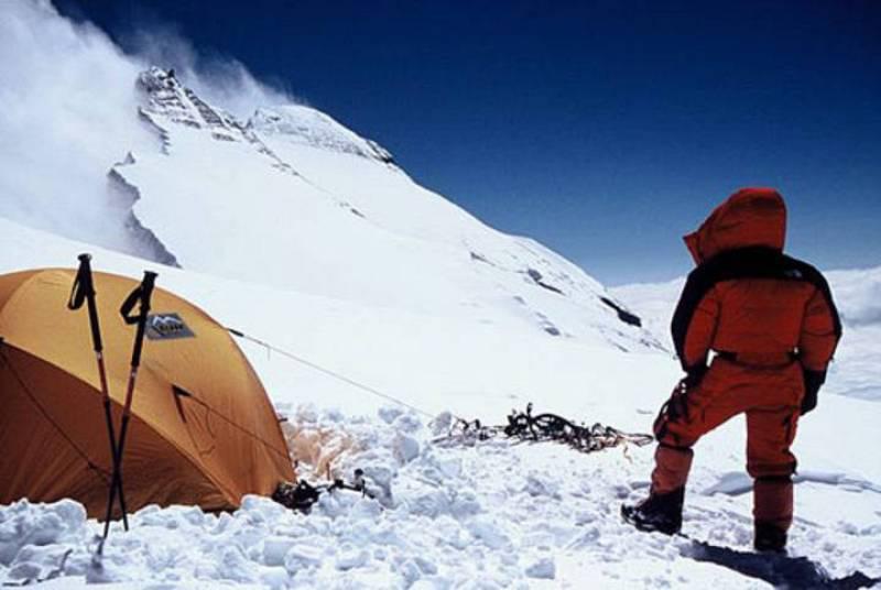 Iñaki Ochoa observa la cumbre del Annapurna