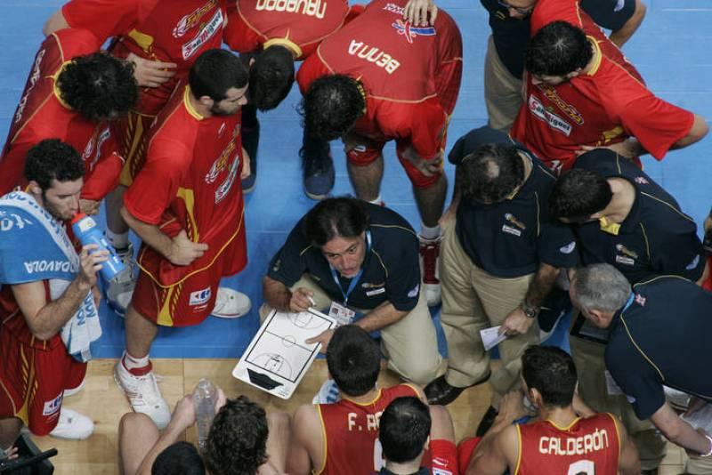 'Pepu' da órdenes a sus jugadores durante la final del Eurobasket ante Rusia, disputada en Madrid.