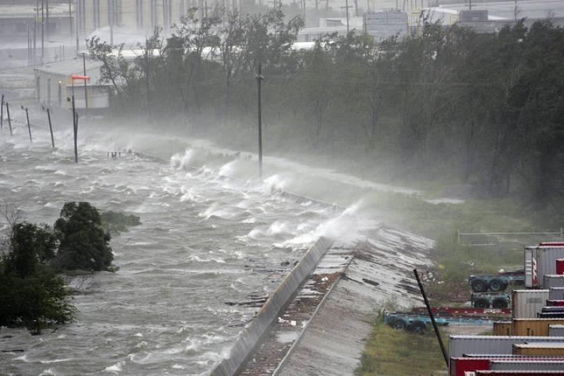 Las olas superan un canal industrial en Nueva Orleans.