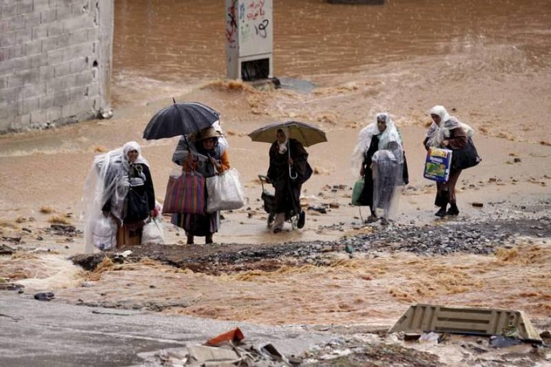 Un grupo de mujeres caminan en Ceuta bajo la lluvia