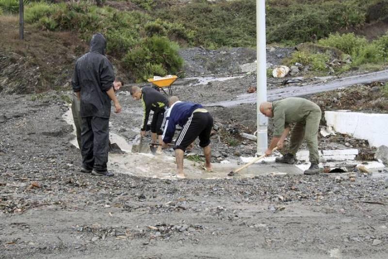 Un grupo de personas abre un desagüe en Ceuta