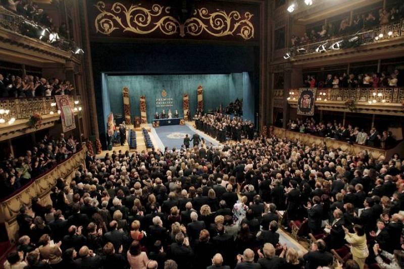 El Teatro Campoamor de Oviedo se ha vestido de gala en su día grande.